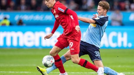 Leverkusens Kai Havertz (l) im Duell mit Gladbachs Nico Elvedi. Foto: Marius Becker/dpa
