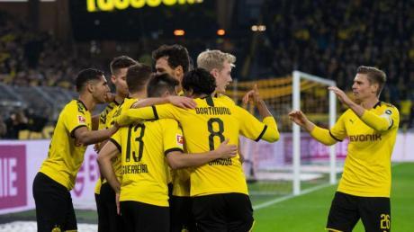 Dortmunds Spieler jubeln über das 1:0 durch Thorgan Hazard (verdeckt). Foto: Bernd Thissen/dpa