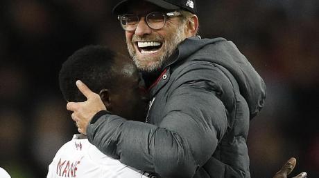 Liverpools Trainer Jürgen Klopp umarmte nach dem Sieg Sadio Mané. Foto: Darren Staples/CSM via ZUMA Wire/dpa