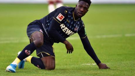 Kölns Kingsley Schindler kniet nach der erneuten Niederlage enttäuscht auf dem Spielfeld. Foto: Johannes Neudecker/dpa