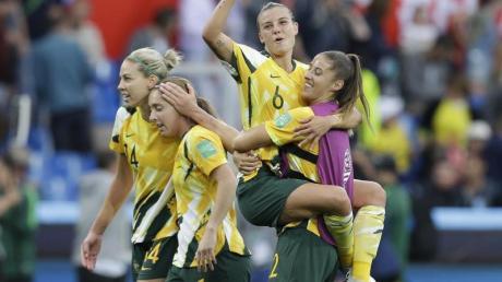 Sollen künftig das gleiche Geld wie die Männer bekommen: Australiens Fußball-Frauen - auch «Matildas» genannt. Foto: Claude Paris/AP/dpa