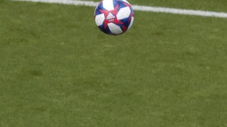 Der Ball kann weiterrollen: Spanischen Fußballspielerinnen wird ein Mindestgehalt garantiert. Foto: Thibault Camus/AP/dpa