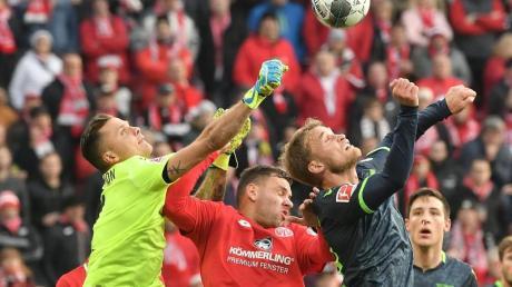 Der Mainzer Adam Szalai (M) hatte mit seinem Team gegen die Berliner Christopher Trimmel und Rafal Gikiewicz (l) das Nachsehen. Foto: Torsten Silz/dpa