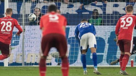 Rouwen Hennings (l) war der gefeierte Fortune beim 3:3 auf Schalke. Foto: Bernd Thissen/dpa