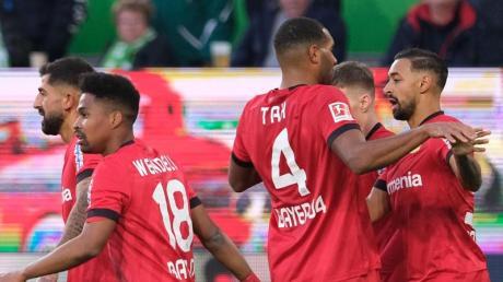Leverkusens Torschütze Bellarabi (r) bejubelt sein Tor zum 1:0 gegen den VfL Wolfsburg mit seinen Mannschaftskameraden. Foto: Peter Steffen/dpa