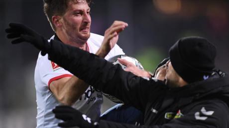 Kurz vor dem Abpfiff hatte David Abraham den SC-Coach vor der Freiburger Bank mit dem Arm umgerannt. Foto: Patrick Seeger/dpa