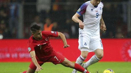 Cengiz Under (l) aus der Türkei und Kolbeinn Sigthorsson aus Island im kämpfen um den Ball. Das Spiel endet 0:0.