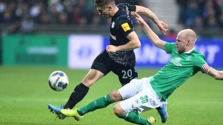 Werders Davy Klaassen (r) will Schalkes Jonjoe Kenny den Ball abnehmen.