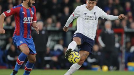 Liverpools Roberto Firmino (r) behauptet den Ball.
