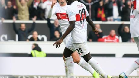 Stuttgarts Orel Mangala (M) sorgte mit seinem Treffer zum 2:0 für die Vorentscheidung.