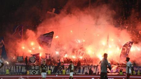 Wegen extremen Feuerwerks der Fans drohen dem HSVund dem FC St. Pauli wohl Rekordstrafen.