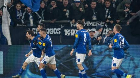 Schalkes Benito Raman (l) jubelt über seinen Treffer zum 1:0 gegen Union Berlin.
