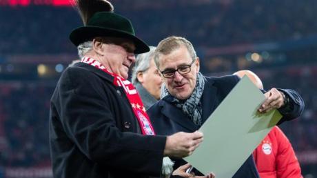 Uli Hoeneß wurde vor dem Leverkusen-Spiel von Herbert Hainer (r) geehrt.