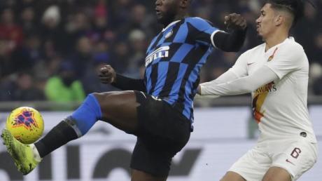 Romelu Lukaku (l) von Inter Mailand behauptet den Ball gegen Chris Smalling.