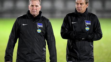 Jürgen Klinsmann (r) möchte Torwarttrainer Andreas Köpke länger bei Hertha BSC haben.