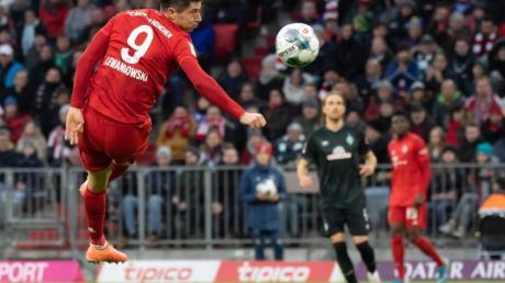 Münchens Robert Lewandowski kann den Ball nach einer Flanke nicht erreichen.