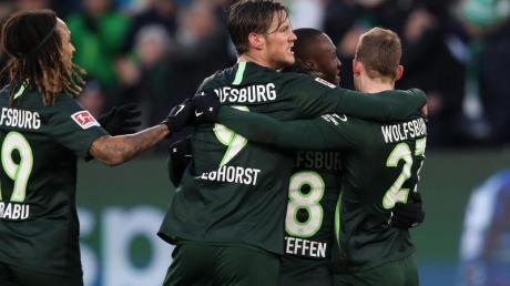 Wolfsburgs Spieler jubeln nach der 1:0-Führung gegen Borussia Mönchengladbach.