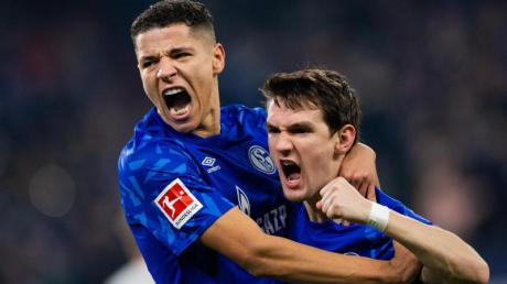 Schalkes Benito Raman (r) freut sich mit Amine Harit über sein Tor zum 1:0.