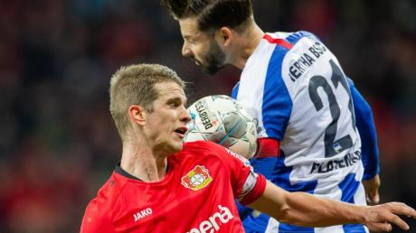 Obenauf: Herthas Marvin Plattenhardt behielt nicht nur beim Kopfballduell mit Bayers Lars Bender in Leverkusen die Oberhand.