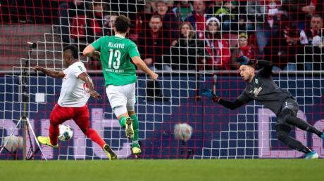 Kölns Jhon Cordoba (l) trifft gegen Bremens Torhüter Jiri Pavlenka (r) zur 1:0 Führung.
