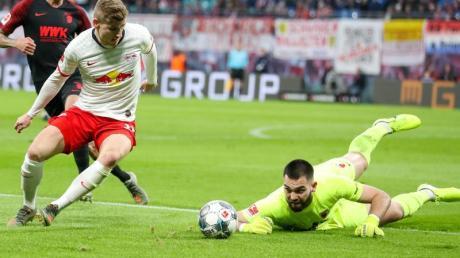 Augsburgs Torwart Tomas Koubek patzt gegen Leipzig. Erst pariert er noch stark, doch dann lässt er Timo Werner den Ball einfach vor die Füße fallen.