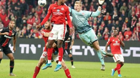 Der Mainzer Torwart Robin Zentner (r) und Edimilson Fernandes (M) wehren einen Angriff ab.