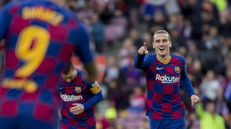 Antoine Griezmann (r) von FC Barcelona jubelt nach einem Tor.