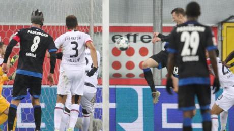 Paderborns Sebastian Schonlau (2.v.r) trifft per Kopfball zum 2:0.