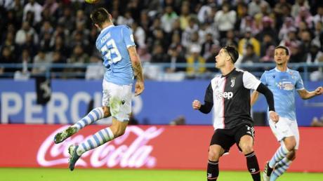Lazios Francesco Acerbi (l) spielt den Ball neben Turins Christiano Ronaldo (M).