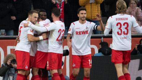 Die Kölner bejubeln das Tor zum 2:0 von Jhon Cordoba (3.v.l).