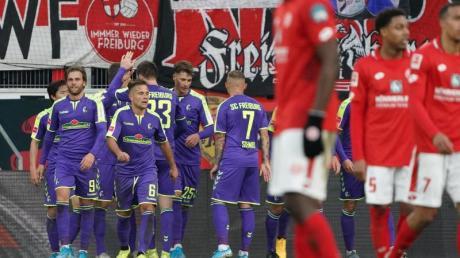 Die Spieler des FCFreiburg jubeln nach dem Treffer zum 2:0 gegen beim FSVMainz 05.