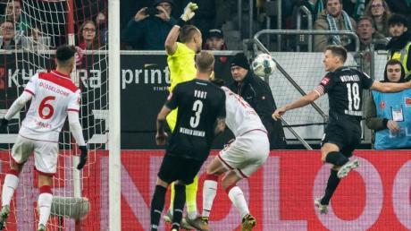 Werder Bremens Niklas Moisander (r) erzielt das 1:0 bei Fortuna Düsseldorf.