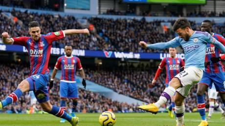 Manchesters Silva (2.v.r) beim Torabschuss - City kam bei Crystal Palace nur zu einem Remis und büßte erneut Punkte ein.