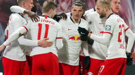 Torschütze Marcel Sabitzer (M) jubelt nach seinem Treffer zum 2:1 mit seinen Teamkollegen.