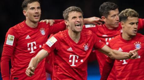Angreifer Thomas Müller (M) feiert mit den Teamkameraden seinen Treffer zur 1:0-Führung.