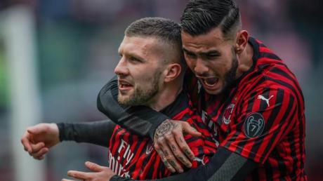 Milans Ante Rebic (l) und Theo Hernandez freuen sich über Rebics Tor zum 3:2.