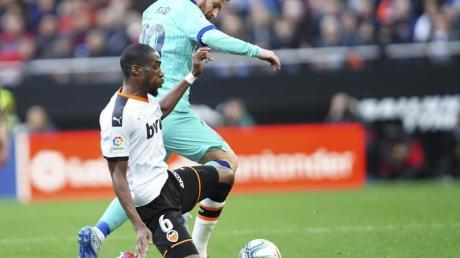 Barcelonas Lionel Messi (r) im Zweikampf mit Valencias Geoffrey Kondogbia.