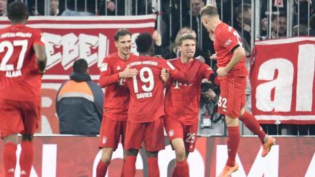 Die Bayern bejubeln das 2:0 durch Thomas Müller (2.v.r.).