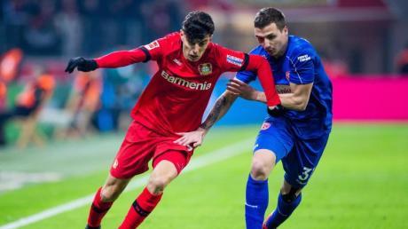Leverkusens Kai Havertz (l) im Zweikampf. Pokal: Saarbrücken - Bayer Leverkusen live in TV & Stream: TV-Termin & Free-TV?