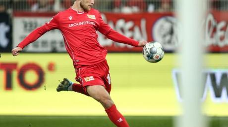Stürmer Sebastian Andersson schießt den Ball auf das Tor - und das künftig auch weiterhin für den 1. FCUnion.
