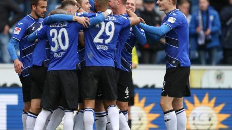 Die Spieler von Arminia Bielefeld feiern Torschütze Joan Simun Edmundsson (4.v.l).