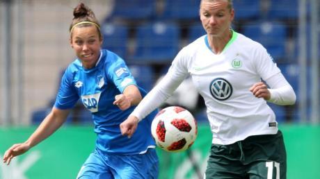 Alexandra Popp (r) wünscht sich eine größere Unterstützung des Frauenfußballs durch die Bundesliga-Clubs der Männer.