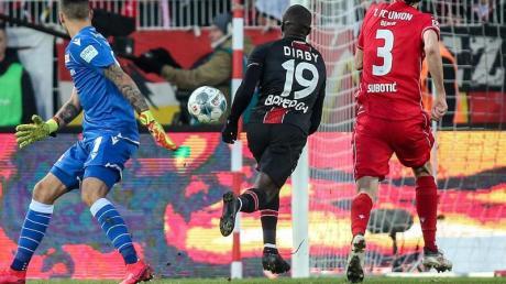 Moussa Diaby (M) brachte Bayer Leverkusen mit seinem Tor zum 2:1 auf Kurs Auswärtssieg bei Union Berlin.