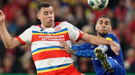 Schalkes Omar Mascarell (r) und der Mainzer Adam Szalai kämpfen um den Ball.