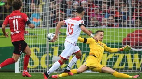 Düsseldorfs Erik Thommy (M) erzielt das 2:0 gegen den SCFreiburg.