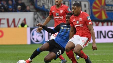 Christopher Antwi-Adjei (M.) kann sich nicht gegen die Mainzer Ronael Pierre-Gabriel (r) und Leandro Barreiro Martins durchsetzen.