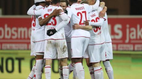 Der Kölner Torschütze Jonas Hector (verdeckt) feiert seinen Treffer zum 2:0 mit den Mitspielern.