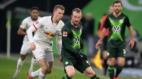 Wolfsburgs Maximilian Arnold (r) und Leipzigs Lukas Klostermann teilten sich mit ihren Teams die Punkte.