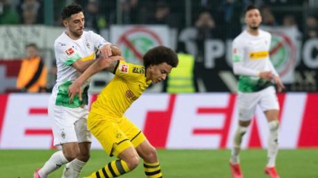 Gladbachs Lars Stindl (l) hatte im Topspiel gegen Axel Witsel und Borussia Dortmund das Nachsehen.
