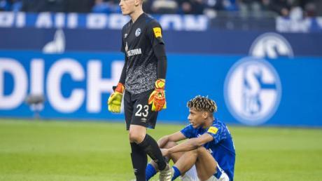 Die Schalker Markus Schubert (l) und Jean-Clair Todibo sind nach dem 1:1 gegen Hoffenheim enttäuscht.